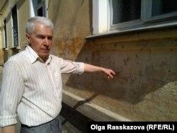 Юрий Черничков показывает, на каком уровне была вода