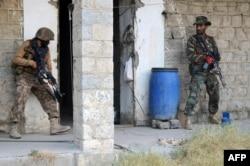 Pakistani soldiers preparing to attack TTP militants.