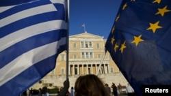 Флаги Греции и Евросоюза перед зданием парламента Греции. Афины, 18 июня 2015 года.