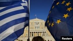 Flamuri i Greqisë dhe ai i Bashkimit Evropian.