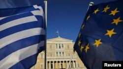 Грекия парламенті алдында өткен жиынға қатысушылар ұстап тұрған Грекия мен Еуропа Одағы тулары. Афина, 18 маусым 2015 жыл. (Көрнекі сурет)