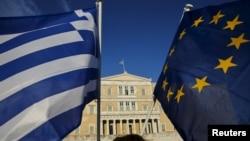 Флаги Греции и Европейского союза на фоне здания парламента в Афинах. 18 июня 2015 года. Иллюстративное фото.