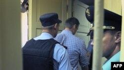 Навальний під конвоєм залишає залу суду