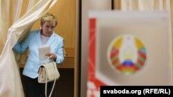 Лідзія Ярмошына галасуе на прэзыдэнцкіх выбарах 2016 году