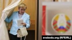 Лідзія Ярмошына падчас галасаваньня на парлямэнцкіх выбарах 2016 году