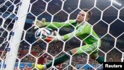 Вратарь сборной России Игорь Акинфеев пропускает гол после удара южнокорейского игрока