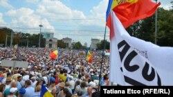 Тисячі людей вийшли на антиурядовий протест у столиці Молдови Кишиневі