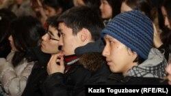 Студенты одного из вузов Алматы на лекции.