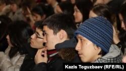 Қазақ студенттер дәріс тыңдап отыр. Алматы, 27 қаңтар 2012 жыл. Көрнекі сурет