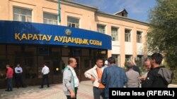 Шымкент қаласы Қаратау аудандық соты алдында тұрған белсенділер. Шымкент, 1 қазан 2019 жыл.