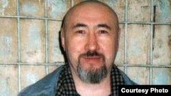 Диссидент Арон Атабек өзін 18 жылға соттау туралы сот үкімі шыққаннан кейін Алматының тергеу абақтысында. Ақпан, 2007 жыл.