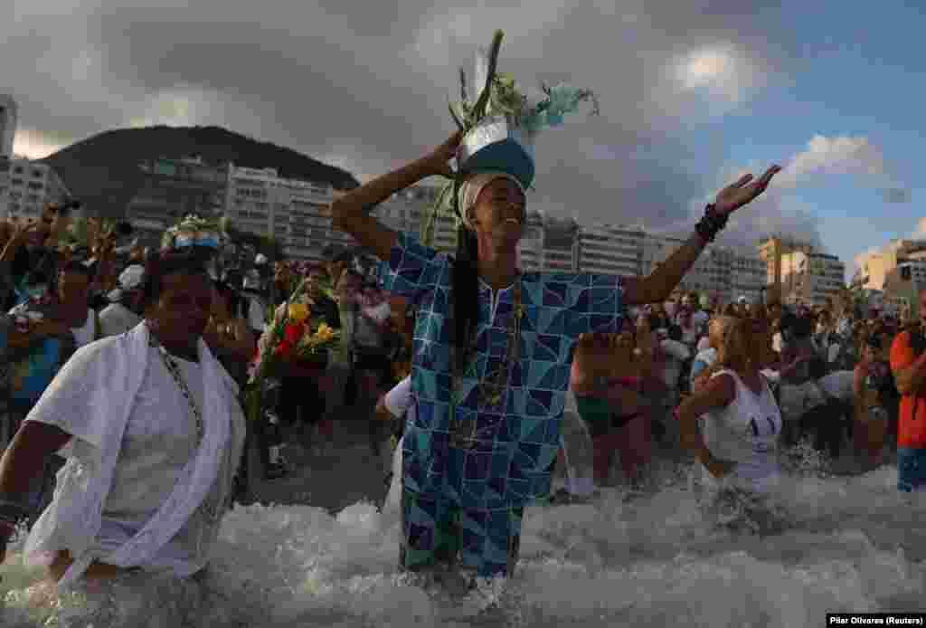 Поклонение афро-бразильской богине моря Йеманье в рамках традиционных предновогодних празднований на пляже Копакабана в Рио-де-Жанейро, Бразилия, 29 декабря 2018 года.