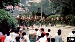 Протестиращи хвърлят камъни по напредващите войници