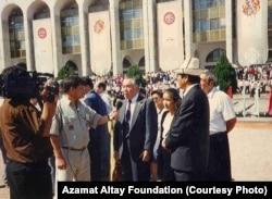 """Азамат Алтай """"Ала-Тоо"""" аянтында кабарчылар менен маек курууда. Бишкек ш., 30.8.1995."""