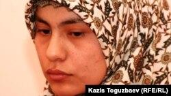 Ирода Эрназарова, жена узбекского беженца-мусульманина Ойбека Кулдошева дает показания в суде. Алматы, 24 декабря 2010 года.