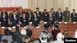 Жаңы өкмөттүн мүчөлөрү парламенттеги ант берүү аземинде, 2011-жылдын 27-январы.