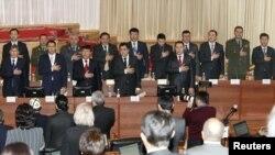 Gyrgyzystanyň Ministrler Kabinetiniň agzalary parlamentde kasam kabul edýärler, 27-nji ýanwar, 2011-nji ýyl