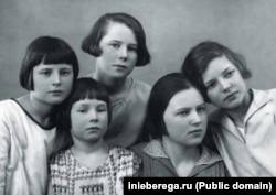 Эже-сиңдилер (солдон оңго): Ольга, Марселла, Вера, Алиса жана Ирма. 1930-жж. соңу.