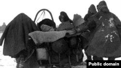 Казахи, бегущие от Голода и репрессий в 1930-е годы. Архивное фото.