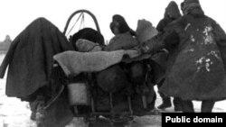 1930 жылдарғы аштық кезіндегі қазақтар. (Дмитрий Багаев түсірген сурет.)