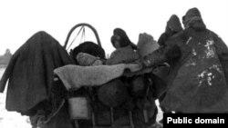 1930 жылдарғы ашаршылық кезінде босып бара жатқан қазақтар.