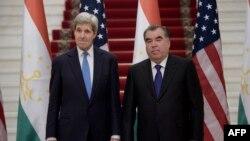 Госсекретарь США Джон Керри (слева) и президент Таджикистана Эмомали Рахмон (справа), Душанбе, 3 ноября 2015 года.
