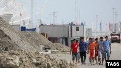 Сочидегі олимпиада кешендері құрылыстарында жұмыс істеп жүрген мигранттар. 20 мамыр 2013 жыл.