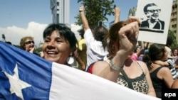 Реакция народа на новость о смерти Аугусто Пиночета. Центр Сантьяго, 10 декабря 2006 года.
