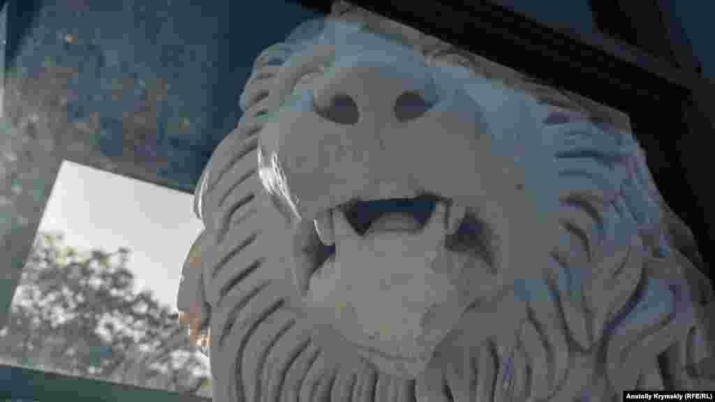 На Південній терасі всі шість мармурових левів під захисним склом