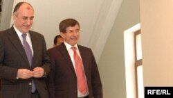Azerbaijan – Foreign Minister Elmar Mammadyarov (L) with his Turkish counterpart Ahmet Davutoglu in Baku, 26May2009