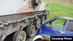 Өзбек танкынын астында калган А. Абдураимовдун унаасы. 2-июнь, Баткен.