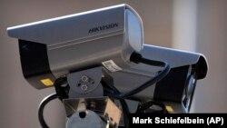 Устройства видеонаблюдения с логотипом китайской компании Hikvision. Иллюстративное фото.