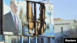 Испорченный билборд с изображением президента Казахстана Нурсултана Назарбаева в Жанаозене, 19 декабря 2011 года.