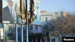 Сожженный баннер с портретом Назарбаева в городе Жанаозен. 19 декабря 2011 года.