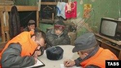 Rusiya Federal Miqrasiya Xidmətinin əməkdaşları miqrant işçilərin sənədlərini yoxlayırlar, Volqoqrad, 18 yanvar 2007