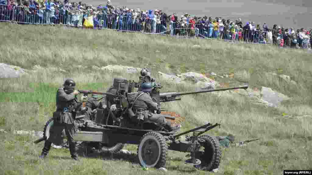 «Немецкие солдаты» обороняются, ведя огонь из пушки