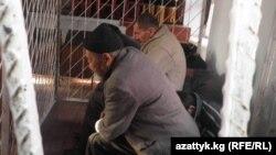 Июнь коогалаңы учурунда Оштун Шейит-Дөбө конушундагы кандуу окуя боюнча айыпталган 6 киши сот залында, 8-декбарь, 2010.