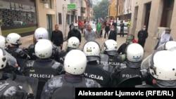Kordon policije ispred demonstranata koji se protive ustoličenju Joanikija na Cetinju, 5. septembar