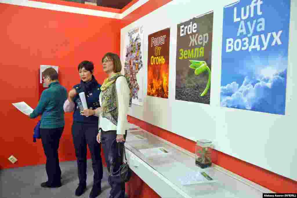 От Гёте-Института выставку открыла Констанце Крюгер – заместитель директора, руководитель языкового отдела. На фото она крайняя справа.