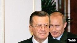 Orsýetiň hökümet başlygynyň orunbasary Wiktor Zubkow (öňde) we premýer-ministr Wladimir Putin