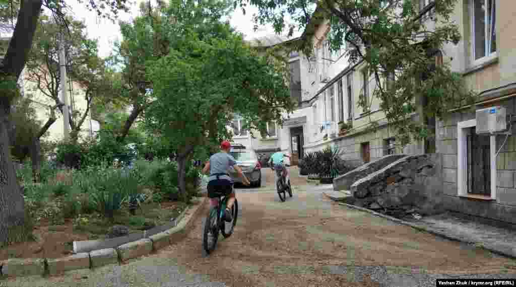 По дворам ездят юные велосипедисты