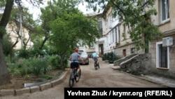 По дворам гоняют юные велосипедисты