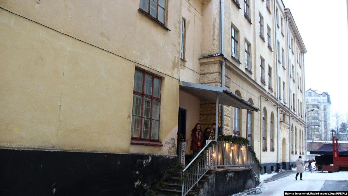 Во Львове собирают деньги, чтобы купить дом для детей-сирот в облсовет