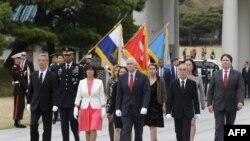 Vicepreședintele Mike Pence și soția sa la sosirea la Seul
