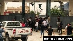 آرشیف، شماری از افراد در مقابل کمیسیون انتخابات لیبیا تجمع کرده اند.