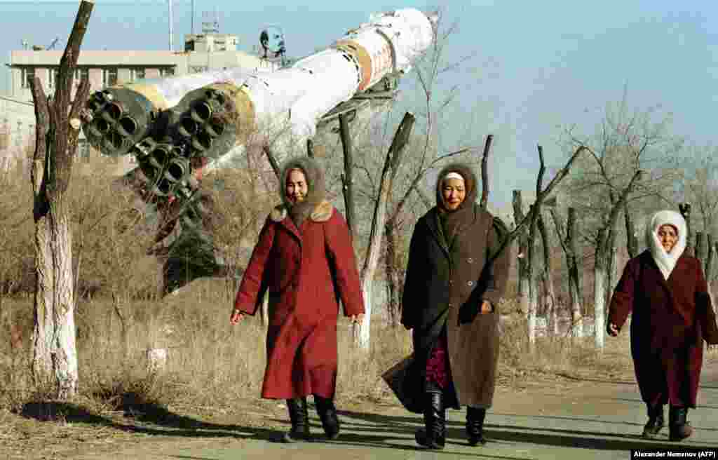 Місцеві жителі в Байконурі в 1999 році. Після розвалу СРСР Росія почала орендувати і сам космодром, і частину пустелі навколо нього у незалежного Казахстану