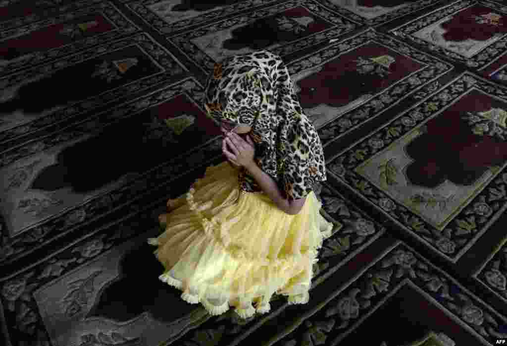 A Kashmiri child prays inside Kashmir's main mosque during Ramadan in downtown Srinagar. (AFP/Tauseef Musafa)