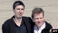 Журналисты Эрве Гескьер (справа) и Стефан Тапонье. Париж, 30 июня 2011 г