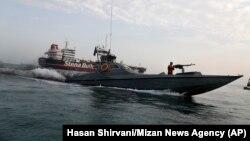 قایق تندرو سپاه در اطراف نفتکش بریتانیایی استنا ایمپرو