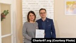 Натальля Радзіна і Аляксей Дзікавіцкі падчас цырымоніі ўручэньня ўзнагароды